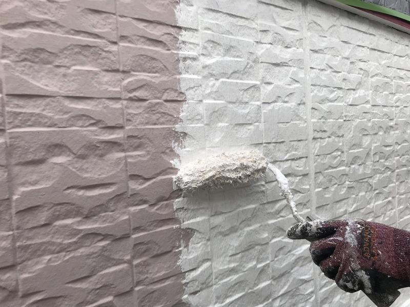 外壁に使う下塗り材はトップコートの塗料の密着を高めるので、塗り残しがないようしっかりと塗っていきます。