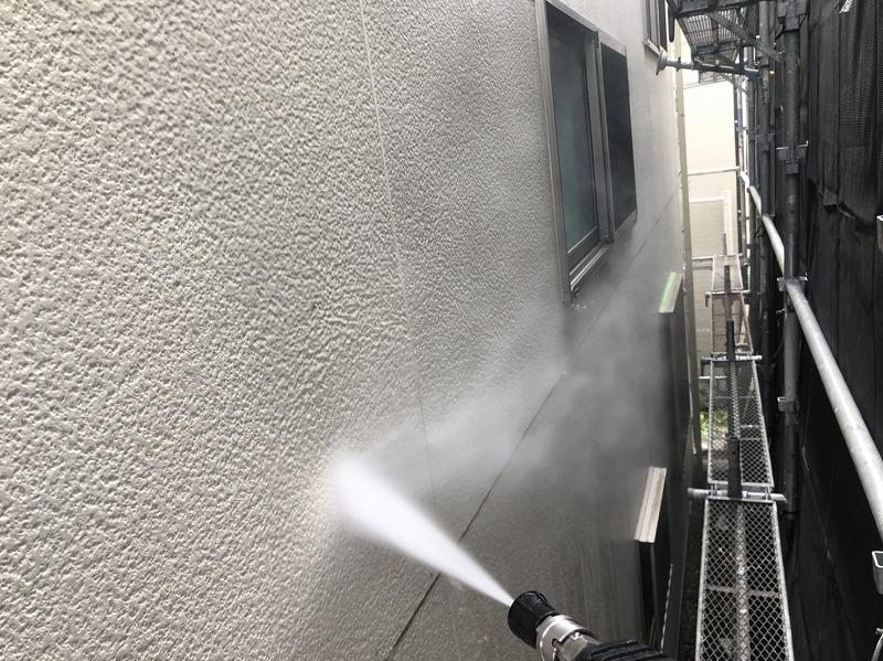 外壁のサイディングボードを水圧で洗っています。