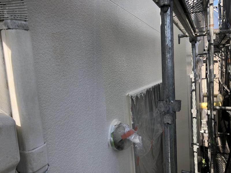 外壁のメイン部分も丁寧に中塗りしていきます。