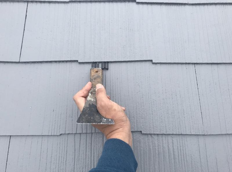 瓦の隙間に雨水が溜まって雨漏りになることを防ぐため、塗料が隙間につまらないように強制的に隙間を作るタスペーサー工事。