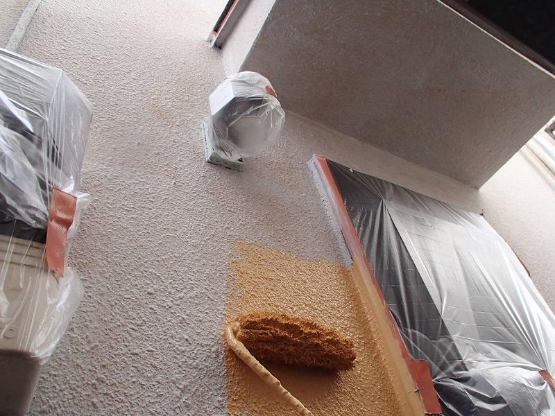 外壁を塗っている時は必ず窓やドアなど塗料がついて困る部分に丁寧に養生をしています。