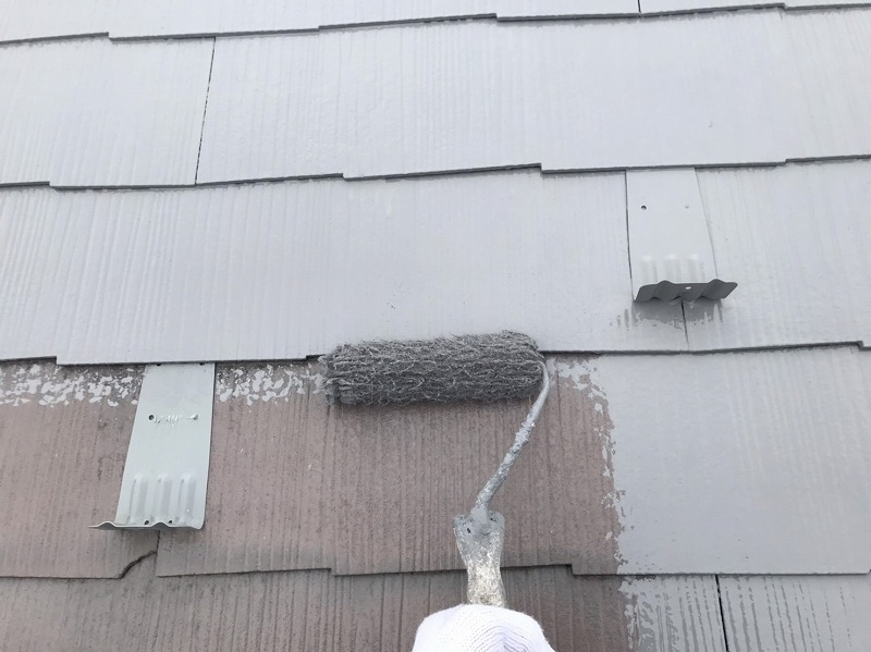 屋根の中塗りがスタートしました。雪がドカッと地面に落ちるのを防止する「雪止め金具」も同じ屋根の塗料で塗ってしまいます。