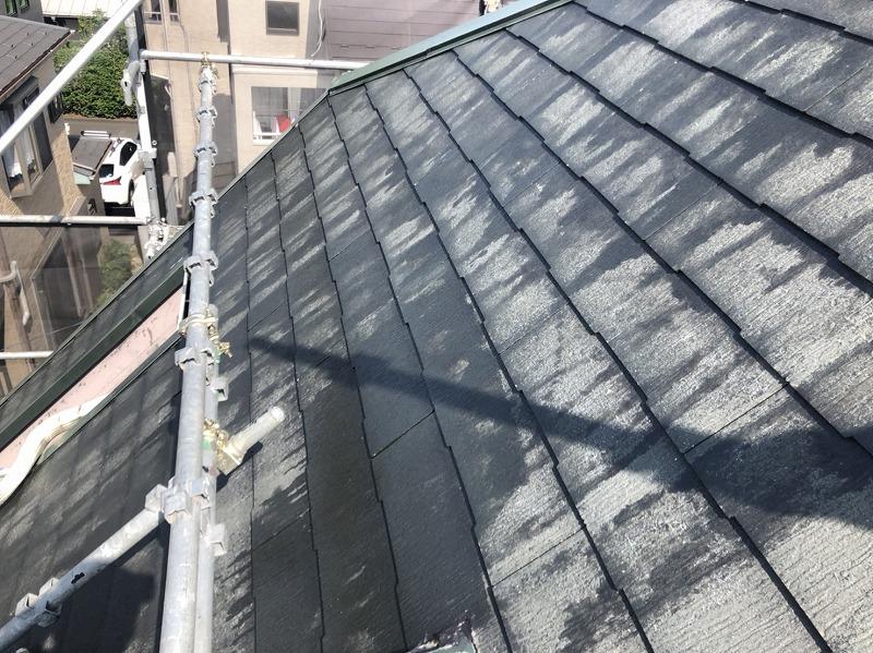 屋根の下塗りが終わりました。