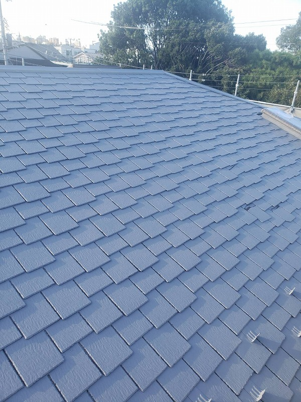 屋根の中塗りが出来上がりました。雪止めは色が違うと目立つので、同じ色になるように塗っています。
