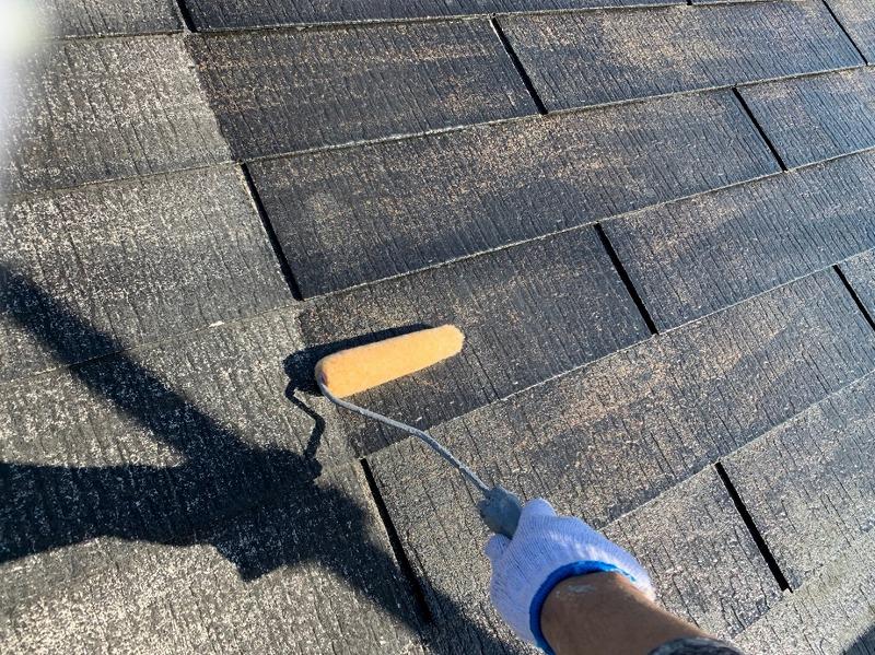屋根の下塗りがスタートしました。割れやひびがないか、チェックしながら丁寧に塗っていきます。