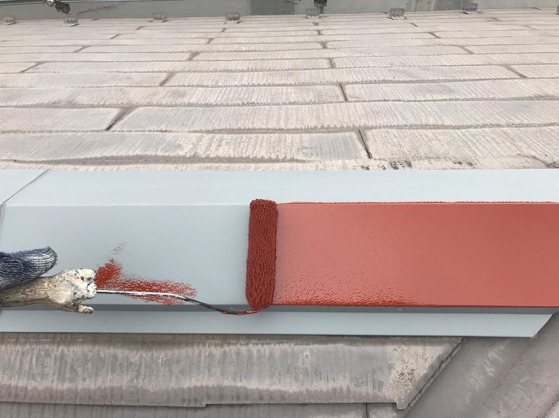 ケレンが終わった棟のトタンに、赤い錆止め剤を塗って準備完了です。