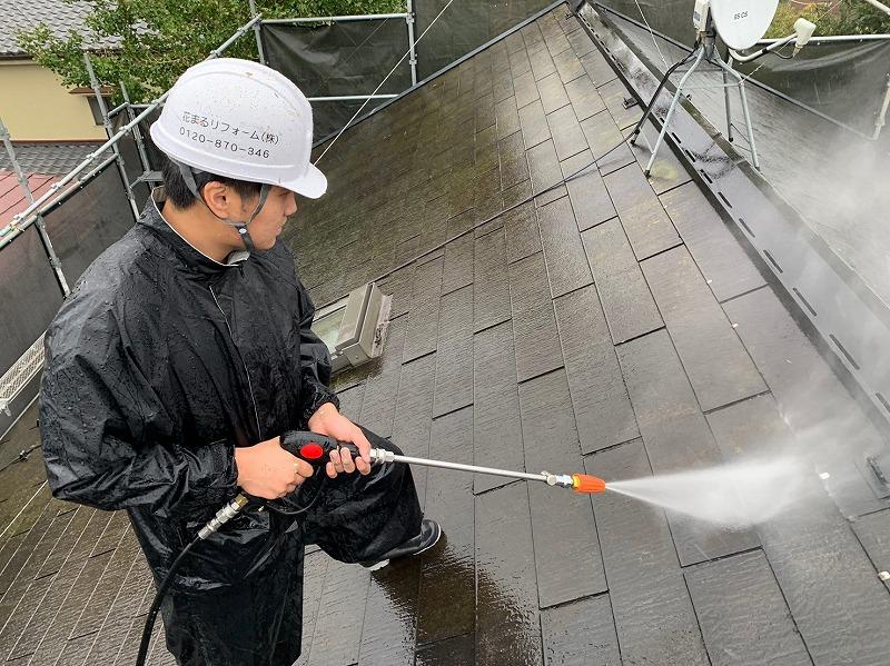 こちらは屋根の水洗いの様子です。