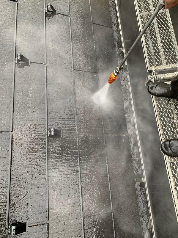 雨樋の汚れも水圧で洗い流していきます。