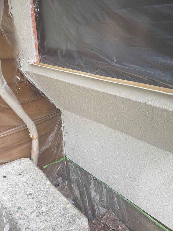 外壁の中塗りが出来上がりました。木部が多いので、養生した部分も多くなっています。