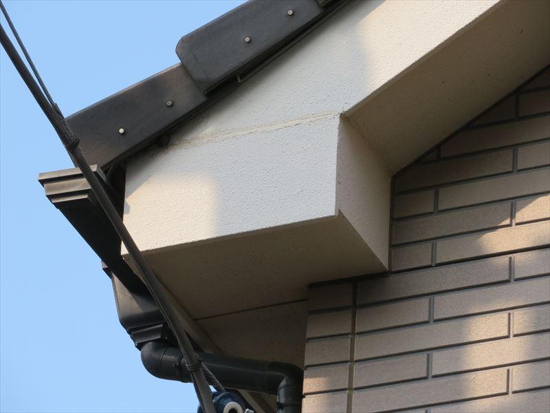 屋根のすぐ真下に横一直線にヒビが入っています。