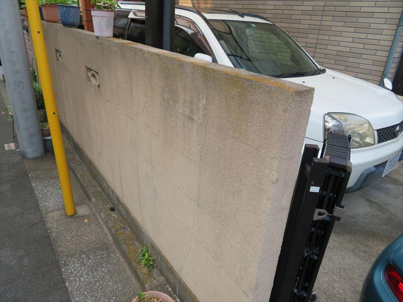 塀は汚れやコケがついているところもありました。