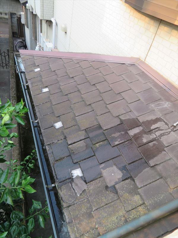 下屋根のタイルが数枚割れていました。