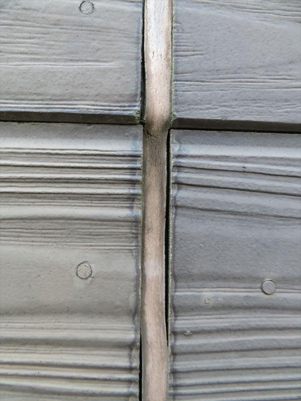 木製のパネルの目地が劣化して隙間ができていました。