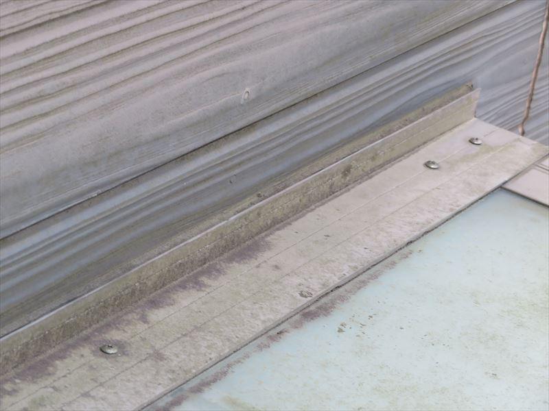 樹脂製の玄関屋根に汚れ・サビが出ています。