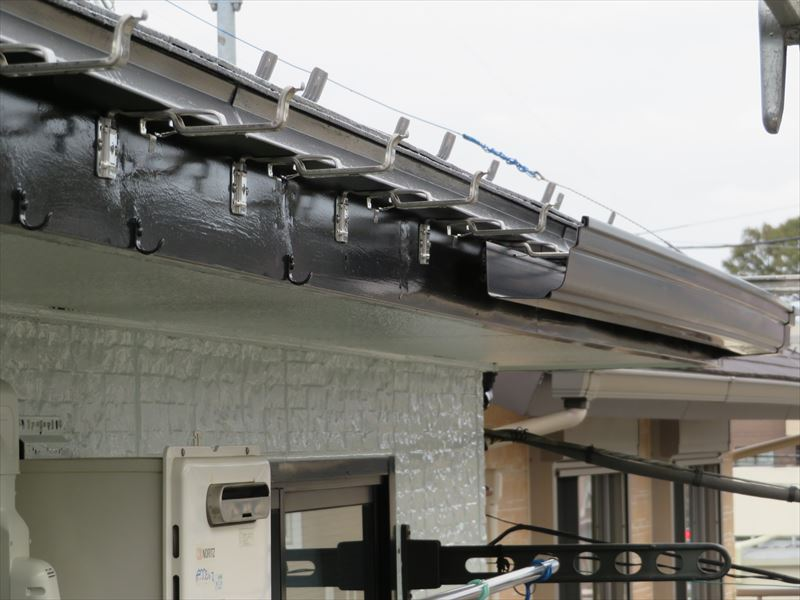 雨樋の取付け途中の様子。金具が目立たないように雨樋の内側に取り付けることができます。