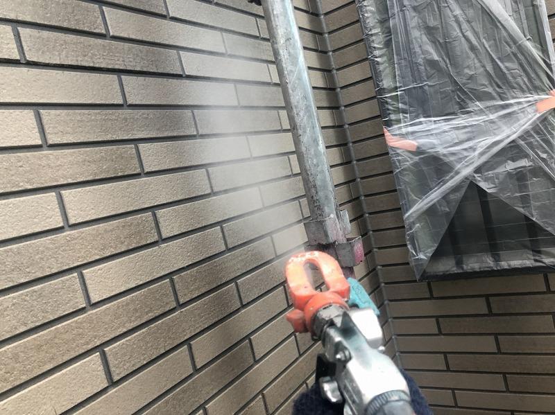 タイル壁はクリア塗装をしました。クリアの下塗り材は黄ばむことがあるため、下塗り材は使わず中塗りと上塗りだけで仕上げます。