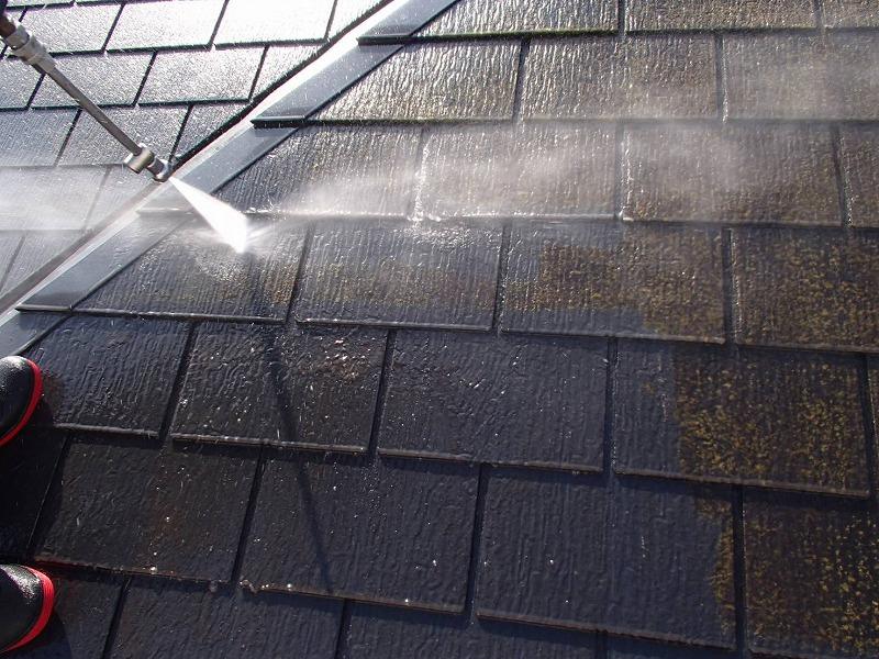 屋根についた汚れやコケを丁寧に落としていきます。