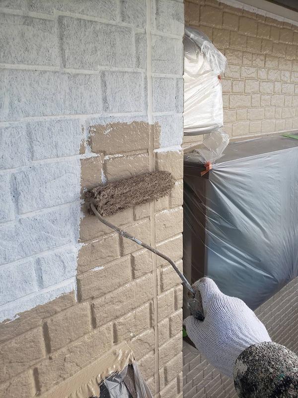 外壁の中塗りが始まりました。サイディングの模様の凹凸部分も塗り残しがないように丁寧に塗っています。