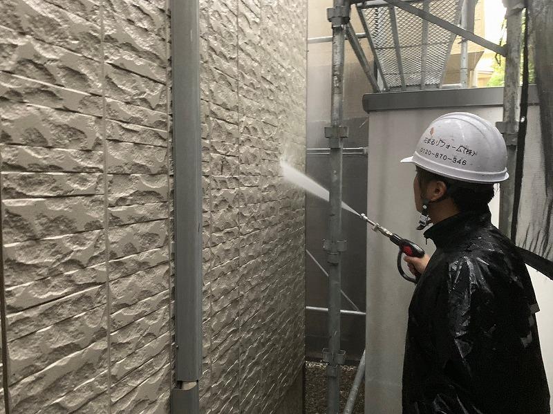 丁寧に壁の汚れを高圧洗浄で落としていきます。