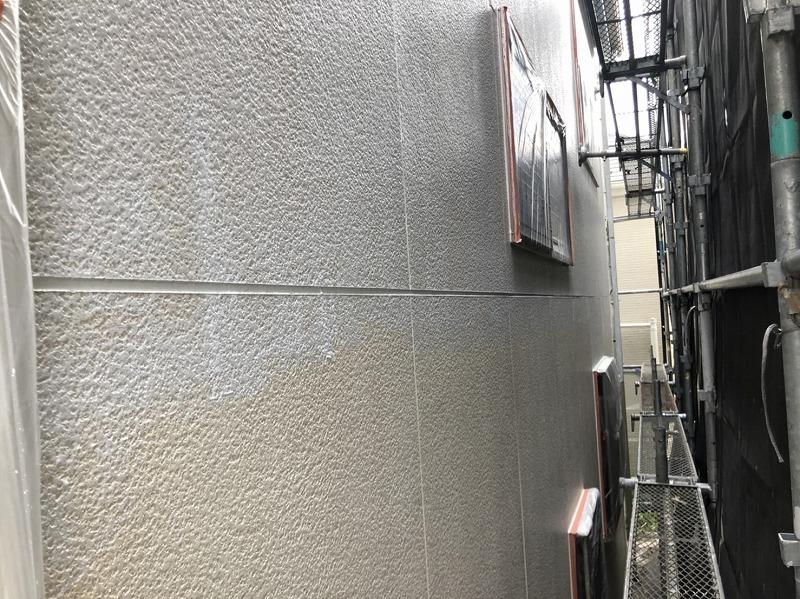 窓に塗料がつかないようにきっちりと覆ってから塗装しています。