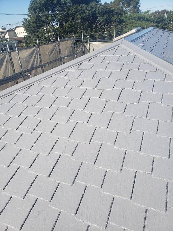 屋根の補修が終わって乾いたところから、上塗材を塗っていきます。