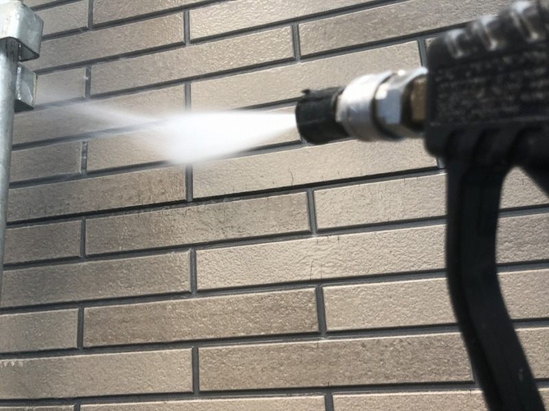 外壁のタイル部分を水圧できれいに洗浄していきます。