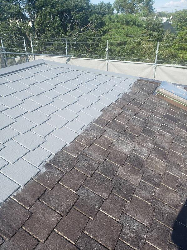 屋根の中塗りが始まりました。この中塗りと下塗りの間で、割れやヒビがある部分を補修します。