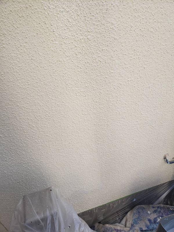 塗料がついて困る部分はしっかりと養生をして、外壁塗装をしています。