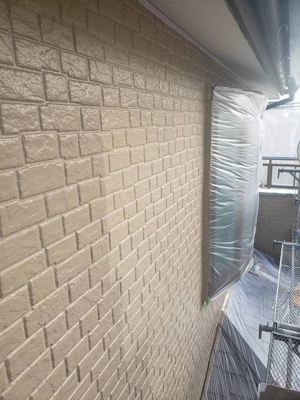 上塗りが済んだ外壁と済んでいない部分は、塗料の違いがはっきり見て取れます。