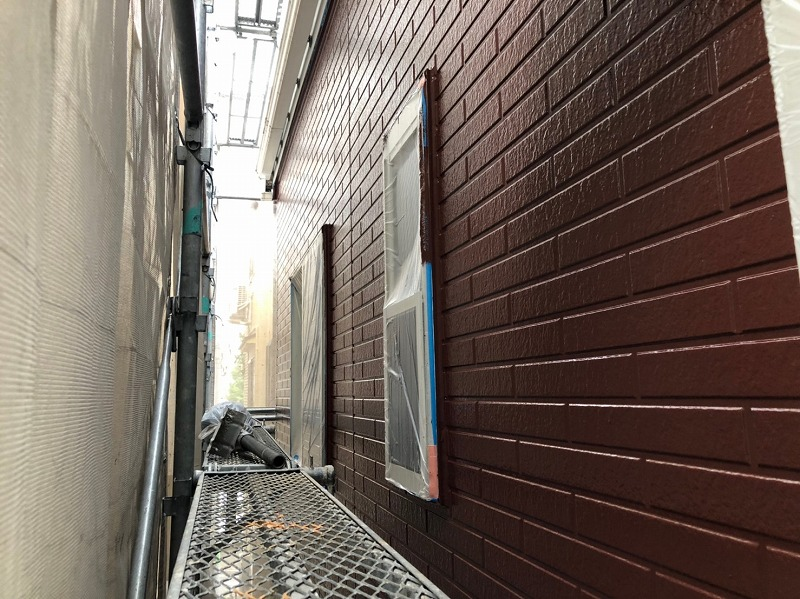 外壁の上塗りが完成すると、表面のキメが整いより美しく仕上がります。