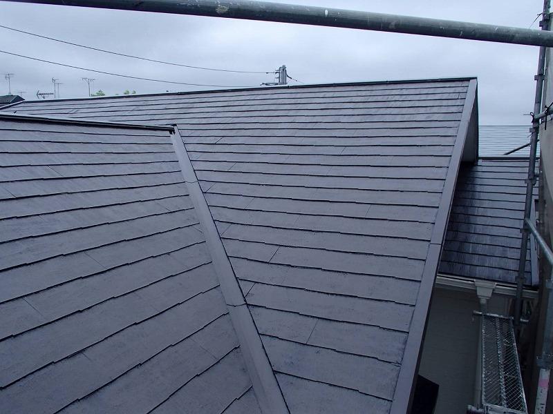 屋根の下塗りが完成しました。下塗り材は透明なので、見た目にはあまり変わりがありません。