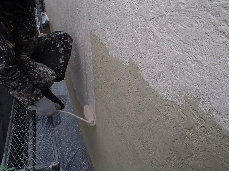 外壁の下塗りが出来た部分を中塗りしていきます。