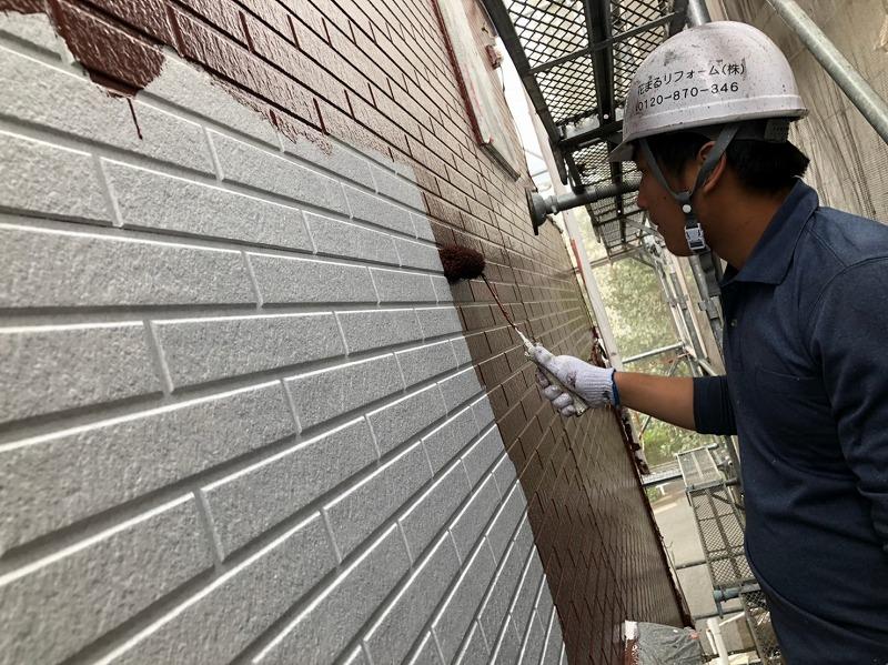 外壁の中塗りです。上塗りと同じ塗料で丁寧に塗っていきます。