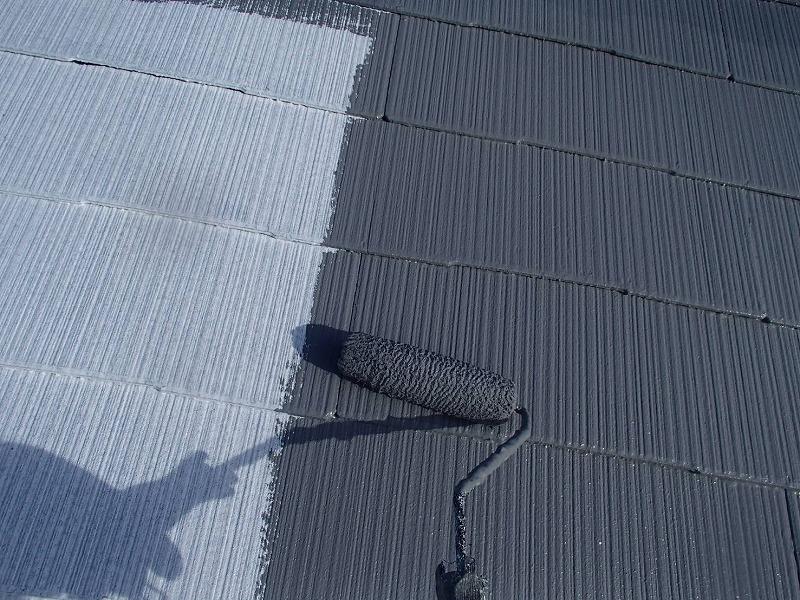 屋根の中塗りが始まりました。
