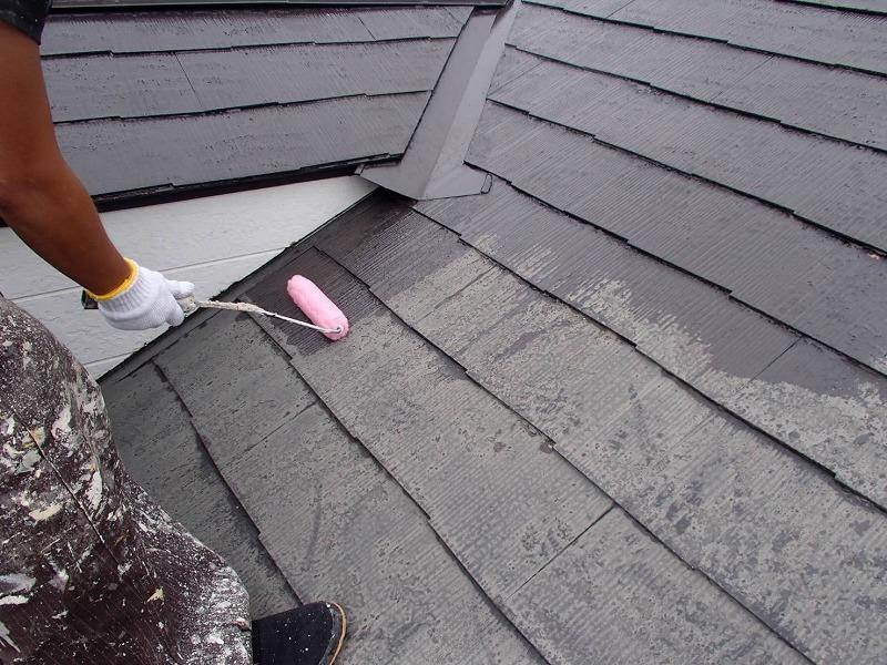 屋根の下塗りが始まりました。下塗り材にはこの後の塗料の密着を高める効果があります。