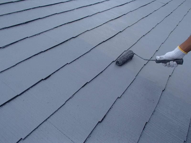 屋根の上塗りです。塗料を2回塗り重ねることで、塗膜に充分な厚みを持たせて、表面のキメが整ったきれいな仕上がりになります。