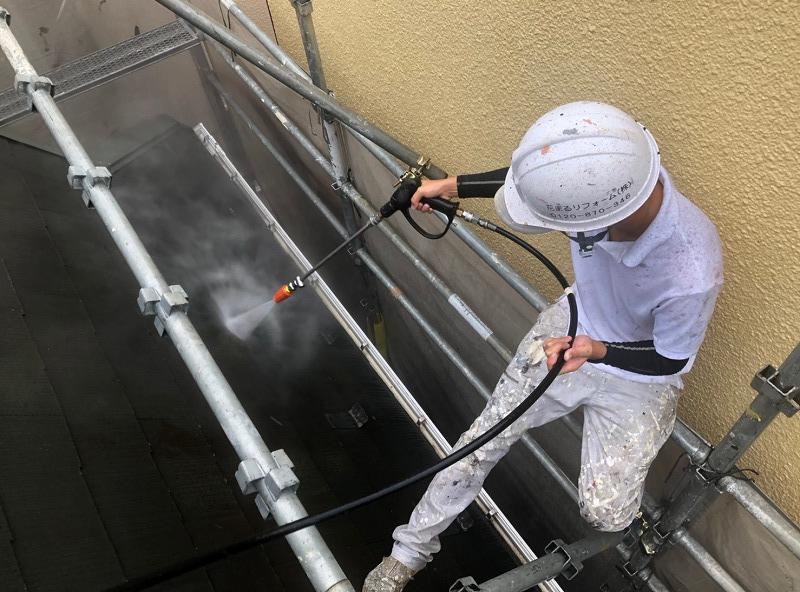 屋根の傾斜がきついので屋根の上にも足場をかけて作業をします。