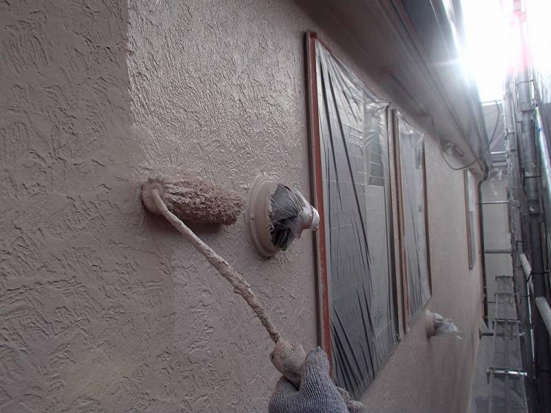 最後に3回目となる上塗りをして外壁の塗装が完了です。
