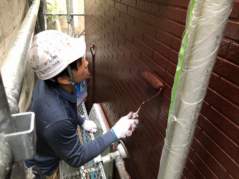 トップコートの2回目、外壁の上塗りを行っています。