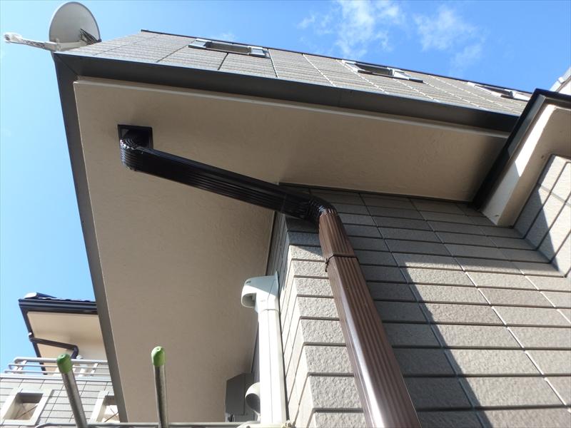 軒裏部分は境目がはっきりと分かるので、きれいな直線で塗り分けています。