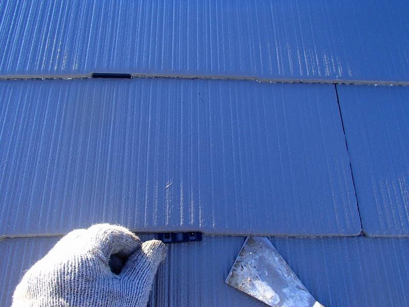 塗装で瓦の隙間が埋まらないよう、タスペーサーを一つ一つ差し込んでいきます。