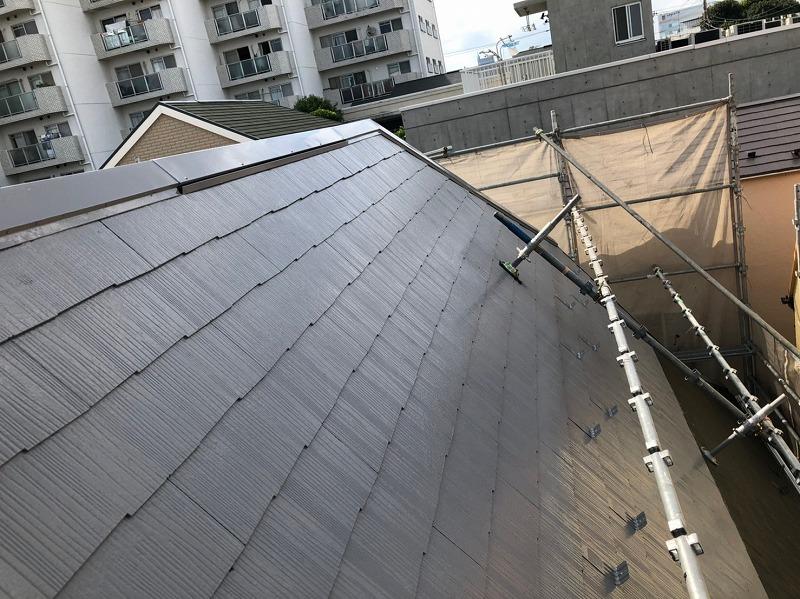 屋根の中塗りが出来上がりました。屋根に付いている足の土台部分は浮かせて塗っています。