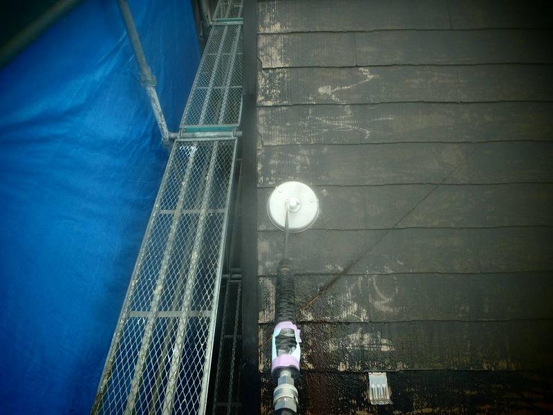コケや汚れがよく落ちるサーフェスクリーナーを使って屋根を洗浄しています。
