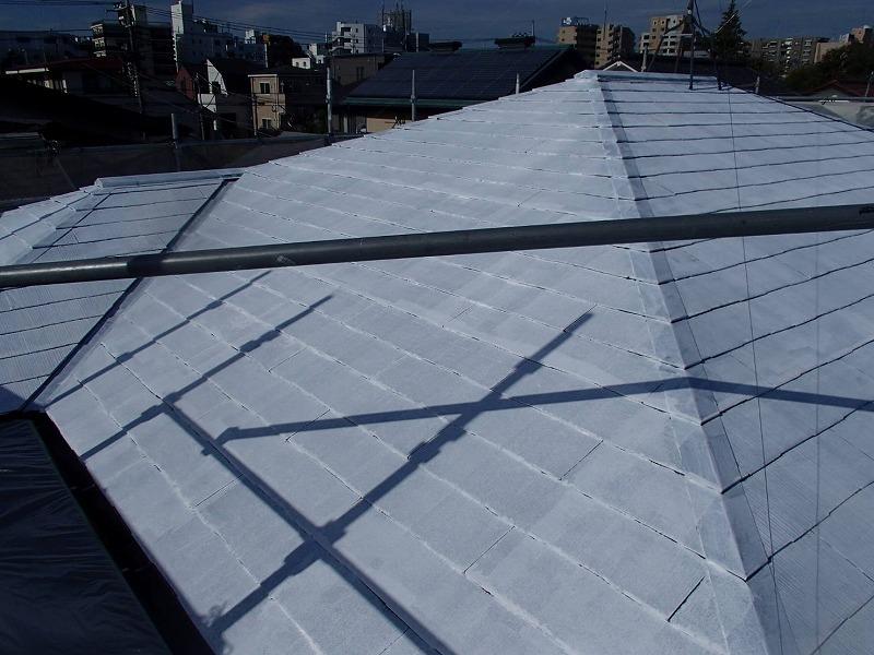 屋根の下塗りでは、瓦が割れたりひびが入っていないか、しっかりとチェックしています。