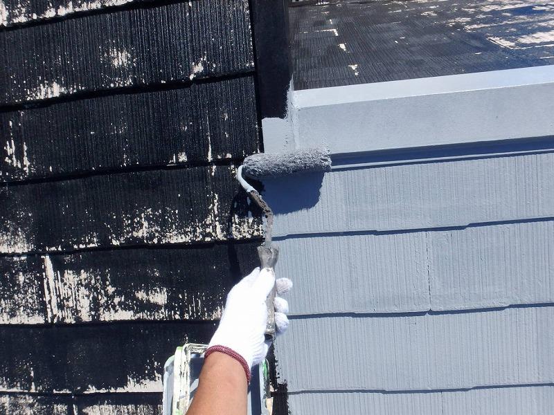 中塗りが始まりました。棟の境目も丁寧に塗っていきます。