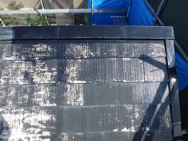 下塗りの時に屋根の傷み具合をチェックしながら作業します。ひび割れがあれば上塗りまでに補修します。