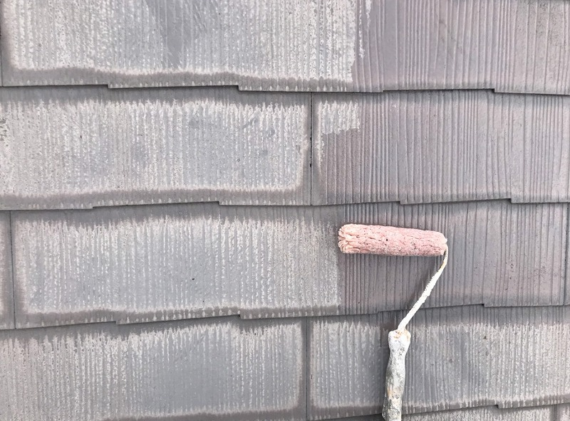 屋根のスレート瓦部分は下塗り材を塗っていきます。