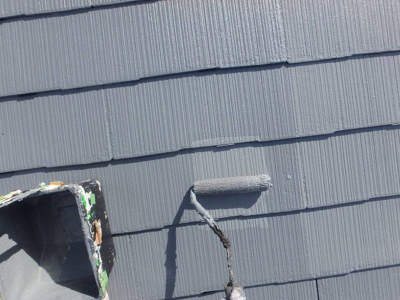 トップコートの2回目の塗装です。2回塗り重ねることで、表面のキメがそろい、仕上がりが一層きれいになります。