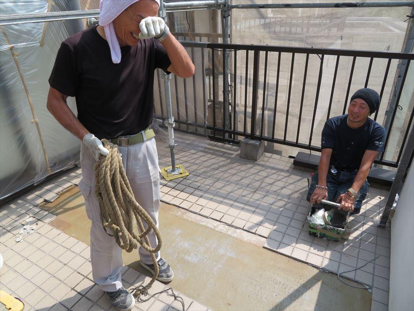 作業途中の左官屋さんと、養生途中の塗装職人。