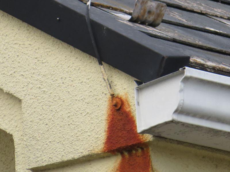 屋根のアンテナを止めている金具のサビがついて赤いしみになっています。